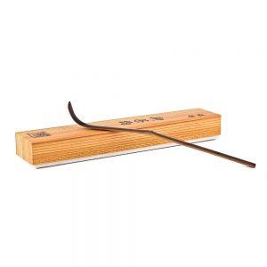 Chashuku Purple Bamboo Matcha Spoon Resting On Its Box 1000px - 1000px