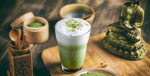 Matcha-latte-on-table-matcha